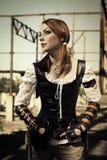 Jóvenes atractivos l mujer en el corsé de cuero que presenta al aire libre Imagen de archivo