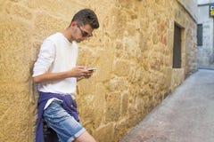 Jóvenes con el teléfono móvil Imagen de archivo