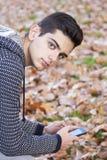 Jóvenes con el teléfono móvil Foto de archivo
