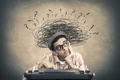 Jóvenes con la máquina de escribir y pensativo fotos de archivo