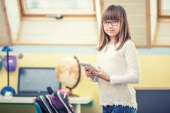 Jóvenes de la muchacha pre-adolescente hermosa con PC del ordenador portátil de la tableta Tecnología de la educación para los ad Fotografía de archivo libre de regalías