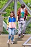 Jóvenes de moda en el puente peatonal, Pekín, China Imagen de archivo libre de regalías