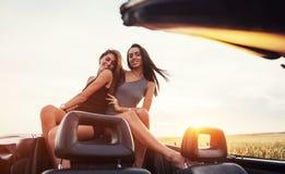 Jóvenes dos mujeres en una sesión fotográfica Muchachas con mucho gusto que presentan Imagenes de archivo