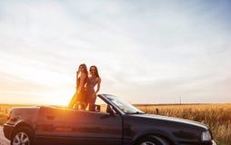 Jóvenes dos mujeres en una sesión fotográfica Muchachas con mucho gusto que presentan Foto de archivo