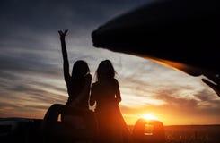 Jóvenes dos mujeres en una sesión fotográfica Muchachas con mucho gusto que presentan Fotografía de archivo