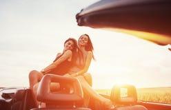 Jóvenes dos mujeres en una sesión fotográfica Muchachas con mucho gusto que presentan Foto de archivo libre de regalías
