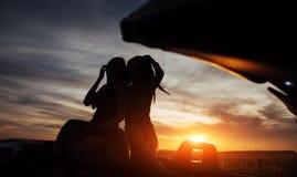 Jóvenes dos mujeres en una sesión fotográfica Muchachas con mucho gusto que presentan Fotos de archivo
