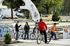 Jóvenes en un parque que anda en monopatín en Bitola Imagenes de archivo