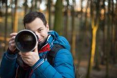 Jóvenes, fotógrafo de sexo masculino que toma las fotos imagenes de archivo