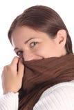 Jóvenes hermosos una mujer con la bufanda marrón Foto de archivo libre de regalías