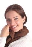Jóvenes hermosos una mujer con la bufanda marrón Foto de archivo