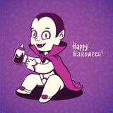 Jóvenes lindos de Drácula del vampiro del bebé, botella de la entrerrosca con sangre fresca Foto de archivo libre de regalías