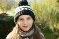 Jóvenes pre adolescentes con un casquillo del invierno, al aire libre Fotos de archivo libres de regalías