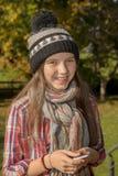 Jóvenes pre adolescentes con un casquillo del invierno, al aire libre Fotografía de archivo