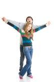 Jóvenes que abrazan los pares aislados en un blanco Foto de archivo libre de regalías