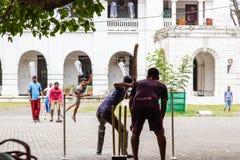 Jóvenes que juegan al grillo en el cuadrado del pueblo - fuerte galle Sri Lanka imagen de archivo