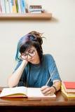 Jóvenes que meditan al estudiante adolescente con el libro Foto de archivo libre de regalías