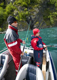 Jóvenes que pescan del barco Imagen de archivo