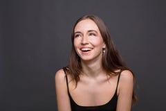 Jóvenes que ríen el retrato atractivo de la mujer Fotos de archivo libres de regalías