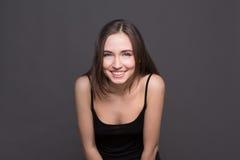 Jóvenes que ríen el retrato atractivo de la mujer Foto de archivo libre de regalías