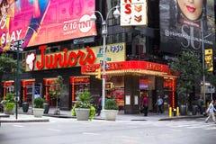 Jóvenes restaurante y Times Square NYC fotografía de archivo