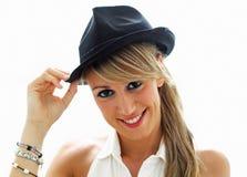 Jóvenes sonrientes con el sombrero negro Fotografía de archivo