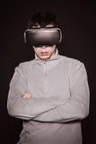 Jóvenes sorprendidos en el suéter gris, el hombre en los vidrios de realidad virtual Foto de archivo