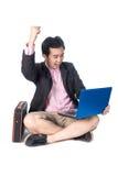 Júbilo asiático do homem de negócios do sucesso com o portátil, isolado no whi Imagem de Stock