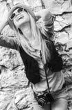 Júbilo de la muchacha del inconformista contra la pared rocosa al aire libre Fotografía de archivo