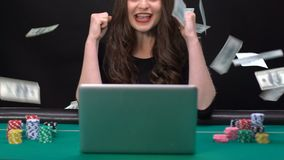 Júbilo femenino afortunado en ganar en el casino en línea, dólares que caen del cielo metrajes