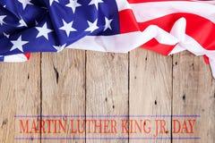 Júnior feliz de Martin Luther King fundo do dia com bandeiras americanas fotografia de stock