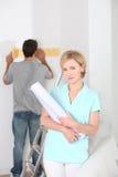 Mujer con el rollo del papel pintado Foto de archivo libre de regalías