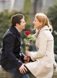 Júntese con una rosa que se besa el día de tarjetas del día de San Valentín Imagen de archivo libre de regalías