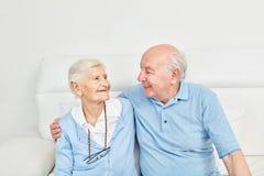 Júntese de los mayores que se abrazan feliz imagenes de archivo