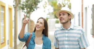 Júntese de los turistas que hablan y que miran las señales almacen de metraje de vídeo