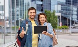 Júntese de turistas con la tableta en ciudad fotos de archivo libres de regalías