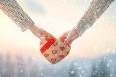 Júntese el día de tarjetas del día de San Valentín imagenes de archivo