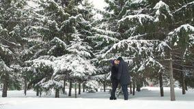 Júntese en el amor que se besa en tiempo nevoso almacen de metraje de vídeo