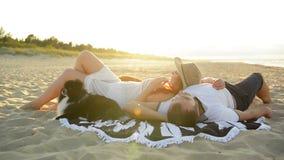Júntese en endecha del amor romantically debajo del sol Ellos que miran la luna de miel del gasto que sorprende junta almacen de video