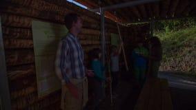 Júntese toman un freno en la casa de madera por completo de niños
