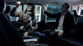 Júntese y su coche de prueba del hijo para la familia grande almacen de metraje de vídeo