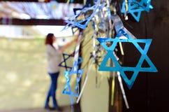 Jüdin, die hier Familie Sukkah verziert Stockbilder