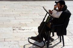 Jüdisch beten Sie an der Klagemauer in Jerusalem Israel stockbilder