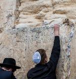 Jüdisch beten Sie an der Wand in Jerusalem stockbilder