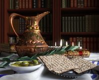 Jüdisch feiern Sie pesach Passahfest mit Büchern, Olive und Pitcher lizenzfreies stockfoto