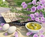 Jüdisch feiern Sie pesach Passahfest mit Eiern, Olive, Matzo und Blumen lizenzfreies stockbild