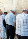 Jüdische Anbetern beten an der Klagemauer Lizenzfreie Stockbilder