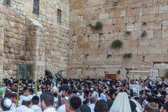 Jüdische Anbetern in den weißen Schalen Stockbilder