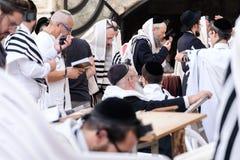 Jüdische betende Männer stockfotos