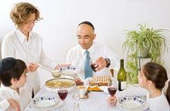 Jüdische Familie, die Passahfest feiert Stockfotos